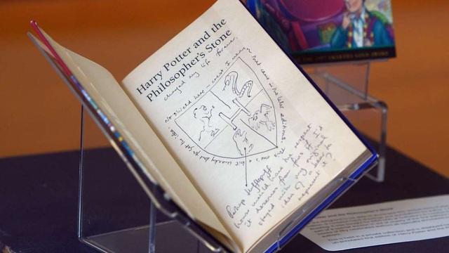 Hai cuốn truyện Harry Potter của giáo viên này có giá khoảng gần 4.000 USD. (Nguồn: NEIL HANNA, AFP/GETTY IMAGES)