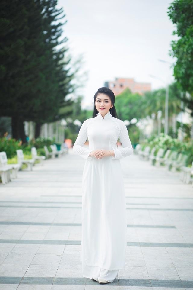 Nữ sinh má lúm duyên dáng với áo dài trắng tinh khôi - 1