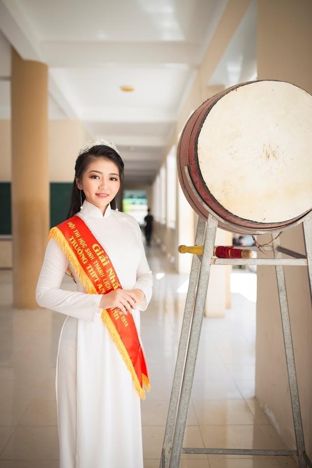 Nữ sinh má lúm duyên dáng với áo dài trắng tinh khôi - 4