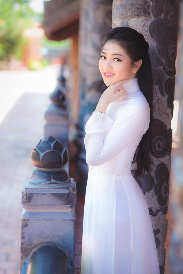 Nữ sinh má lúm duyên dáng với áo dài trắng tinh khôi - 6
