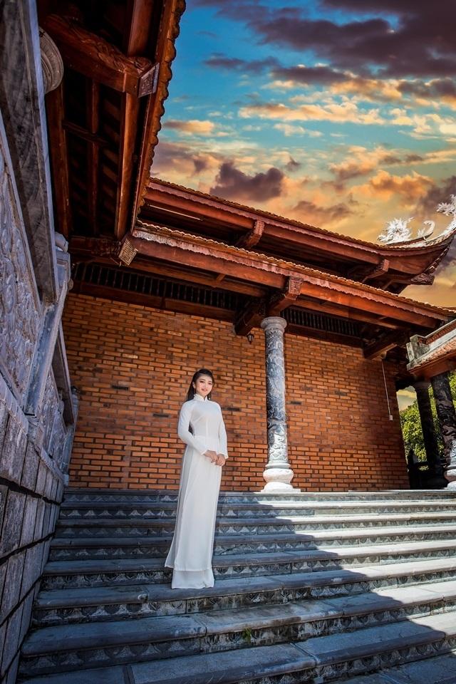Nữ sinh má lúm duyên dáng với áo dài trắng tinh khôi - 8