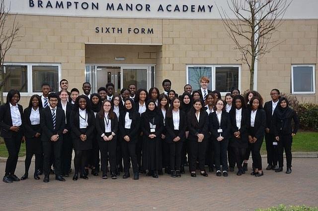 Ngôi trường nơi nghèo nhất London có 41 học sinh trúng tuyển ĐH Oxford và Cambridge - 1