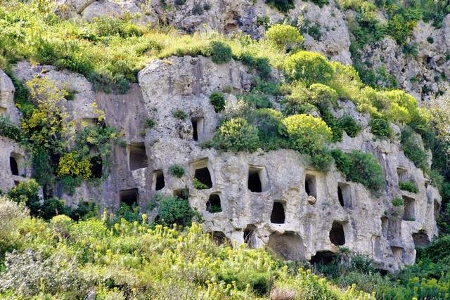 Nghĩa trang cổ đại với hàng nghìn ngôi mộ trên vách đá dựng đứng như tổ ong - 1