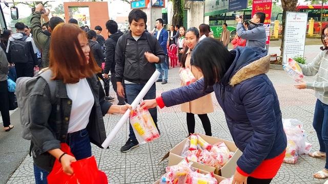 Sinh viên Nông lâm được tặng trứng gà kèm chuyến xe về quê đón Tết - 2