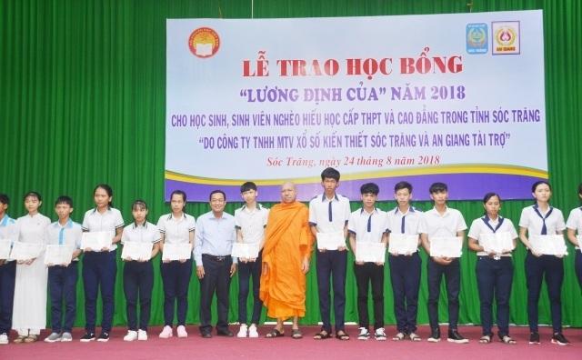 Trao học bổng cho học sinh, sinh viên Sóc Trăng trong năm 2018.