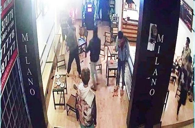 Chém người kinh hoàng trong quán cà phê, 6 người bị thương - 1