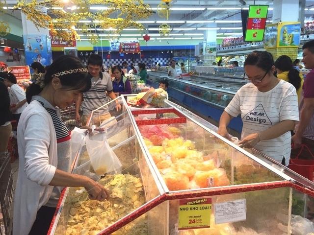 Mướt mồ hôi chen chân ở siêu thị ngày cận Tết  - 9
