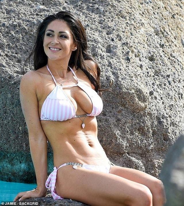 Casey Batchelor khoe dáng thon với bikini  - 2