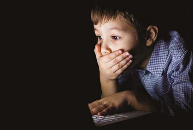 Giật mình khi gặp con trai 10 tuổi xem phim người lớn, dở khóc dở cười khi biết nguyên nhân - 1