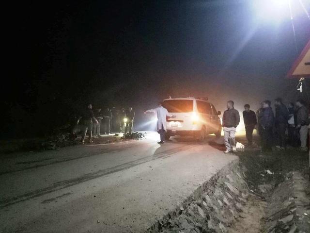 Hiện trường vụ tai nạn trong đêm khiến vợ hai chồng tử vong.