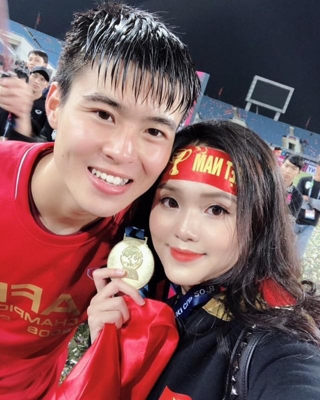 Bạn gái tuyển thủ Việt Nam - Người hạnh phúc bên bạn trai, người khoe quà được tặng hậu Asian Cup - 5