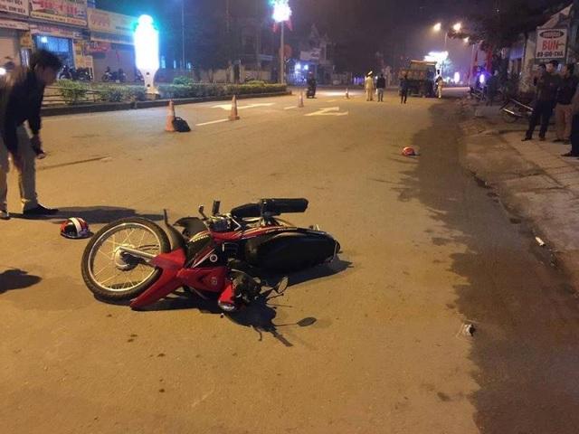 Bố đi xe máy va chạm với ô tô, 2 con nhỏ ngồi sau tử vong - 1