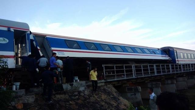 Tàu hỏa trật bánh tại Bình Thuận, hàng loạt chuyến tàu Tết bị chậm giờ - 1