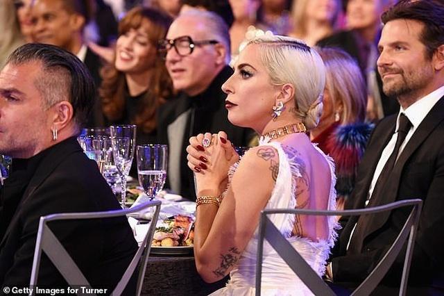 Lady Gaga tình tứ bên bạn trai hơn 18 tuổi  - 5