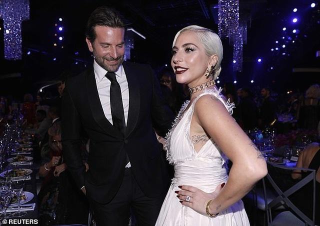 Lady Gaga tình tứ bên bạn trai hơn 18 tuổi  - 6