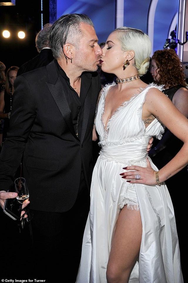 Lady Gaga tình tứ bên bạn trai hơn 18 tuổi  - 1