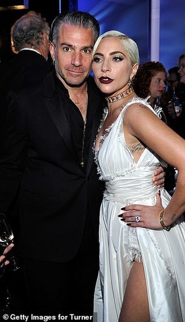 Lady Gaga tình tứ bên bạn trai hơn 18 tuổi  - 3