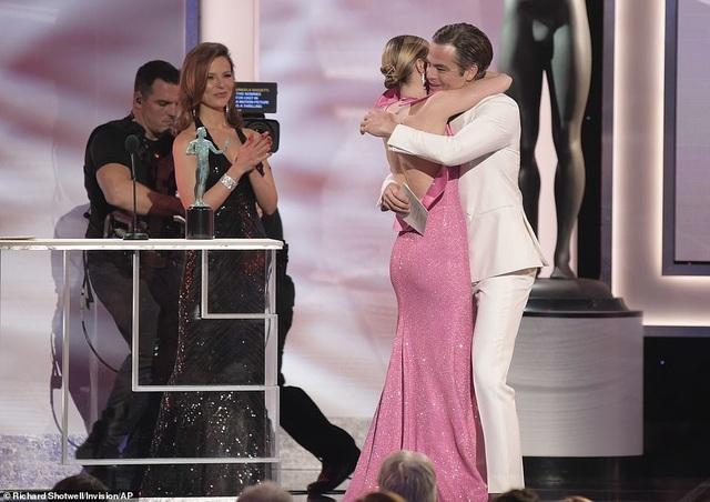 Chồng Emily Blunt rưng rưng lệ khi vợ nhận giải SAG - 6