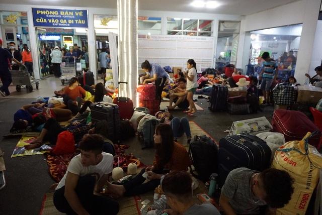 Hàng nghìn người vật vã nằm chờ tàu ở ga Sài Gòn - 13