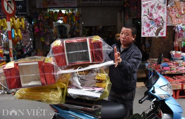 Ảnh: Khách Tây thích thú ngắm đồ lễ tiễn ông Táo trên phố Hàng Mã - 1