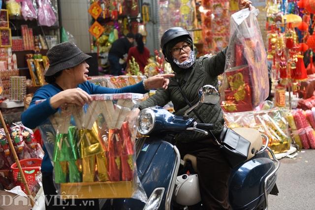Ảnh: Khách Tây thích thú ngắm đồ lễ tiễn ông Táo trên phố Hàng Mã - 2