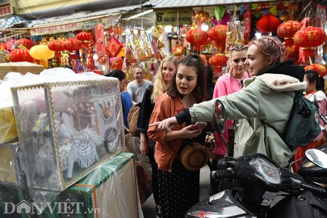 Ảnh: Khách Tây thích thú ngắm đồ lễ tiễn ông Táo trên phố Hàng Mã - 3
