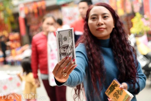 Ảnh: Khách Tây thích thú ngắm đồ lễ tiễn ông Táo trên phố Hàng Mã - 6
