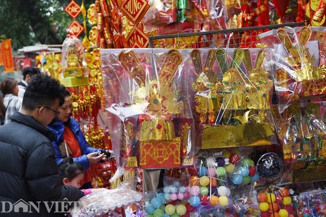 Ảnh: Khách Tây thích thú ngắm đồ lễ tiễn ông Táo trên phố Hàng Mã - 7