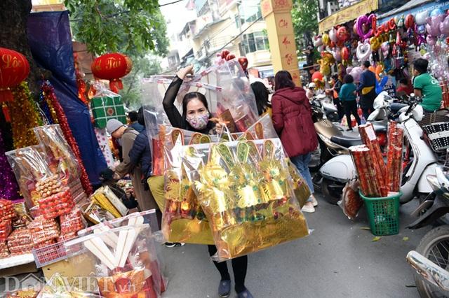 Ảnh: Khách Tây thích thú ngắm đồ lễ tiễn ông Táo trên phố Hàng Mã - 8