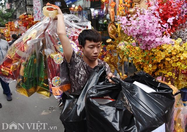 Ảnh: Khách Tây thích thú ngắm đồ lễ tiễn ông Táo trên phố Hàng Mã - 9