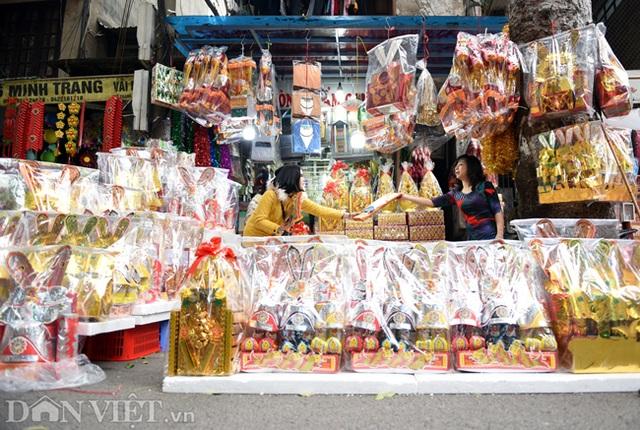 Ảnh: Khách Tây thích thú ngắm đồ lễ tiễn ông Táo trên phố Hàng Mã - 10