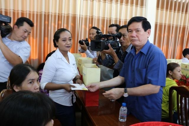TPHCM trao tặng 1 tỷ đồng quà Tết cho người dân Trà Vinh - 3