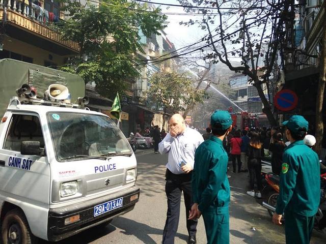 Hà Nội: Cháy ngôi nhà 4 tầng trên phố cổ, nghi do đốt vàng mã - 2