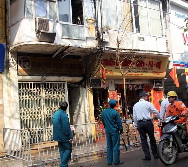 Hà Nội: Cháy ngôi nhà 4 tầng trên phố cổ, nghi do đốt vàng mã - 1