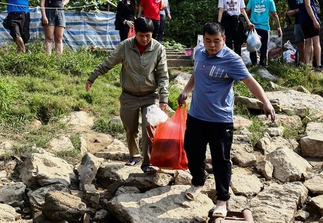 Hà Nội: Người nước ngoài ra sông đứng giúp người dân thả cá chép - 2