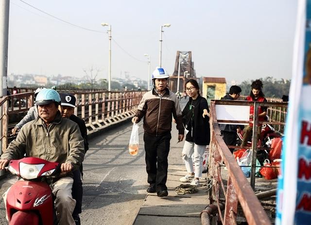 Hà Nội: Người nước ngoài ra sông đứng giúp người dân thả cá chép - 9