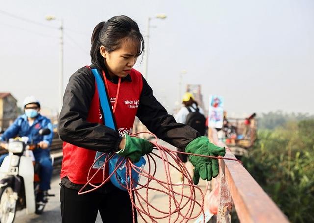 Hà Nội: Người nước ngoài ra sông đứng giúp người dân thả cá chép - 10