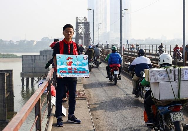 Hà Nội: Người nước ngoài ra sông đứng giúp người dân thả cá chép - 12