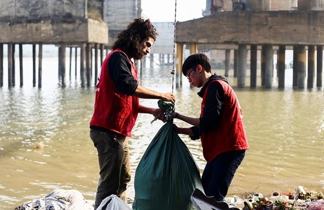 Hà Nội: Người nước ngoài ra sông đứng giúp người dân thả cá chép - 5