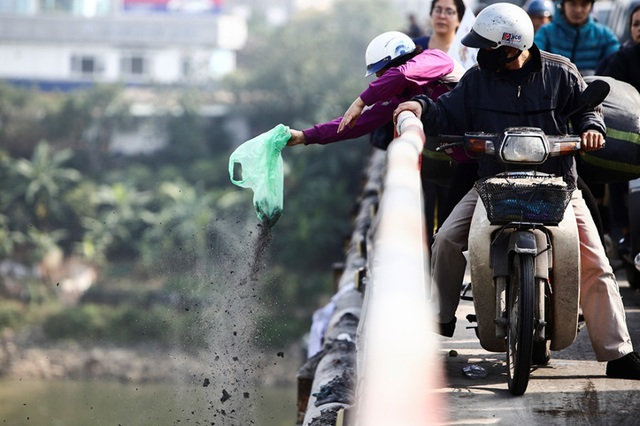 Hà Nội: Người nước ngoài ra sông đứng giúp người dân thả cá chép - 13