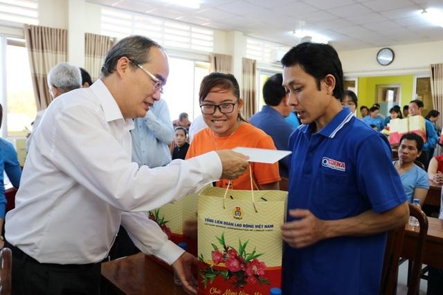 TPHCM trao tặng 1 tỷ đồng quà Tết cho người dân Trà Vinh - 2