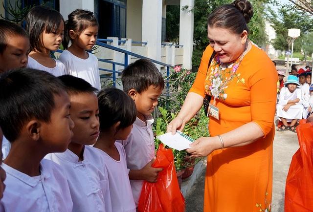 """""""Xuân ấm áp"""" về với học sinh khó khăn ở Ninh Thuận - 1"""