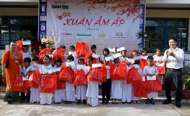 """""""Xuân ấm áp"""" về với học sinh khó khăn ở Ninh Thuận - 5"""