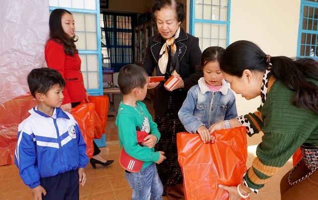 """""""Xuân ấm áp"""" đến với học sinh và giáo viên khó khăn ở Lâm Đồng - 4"""