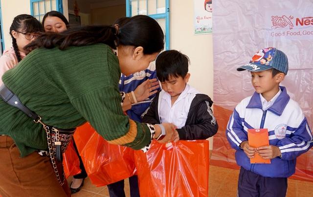 """""""Xuân ấm áp"""" đến với học sinh và giáo viên khó khăn ở Lâm Đồng - 3"""