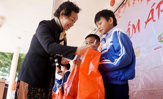 """""""Xuân ấm áp"""" đến với học sinh và giáo viên khó khăn ở Lâm Đồng - 2"""
