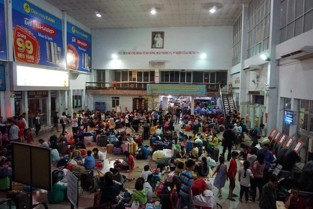 Hàng nghìn người vật vã nằm chờ tàu ở ga Sài Gòn - 4