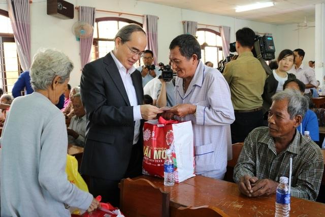 TPHCM trao tặng 1 tỷ đồng quà Tết cho người dân Trà Vinh - 1