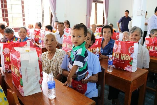 TPHCM trao tặng 1 tỷ đồng quà Tết cho người dân Trà Vinh - 4