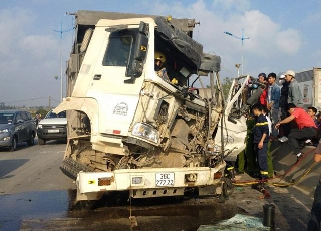 30 phút giải cứu tài xế mắc kẹt trong cabinsau va chạm giao thông - 2